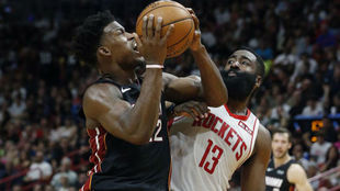 Jimmy Butler intenta anotar ante la defensa de James Harden