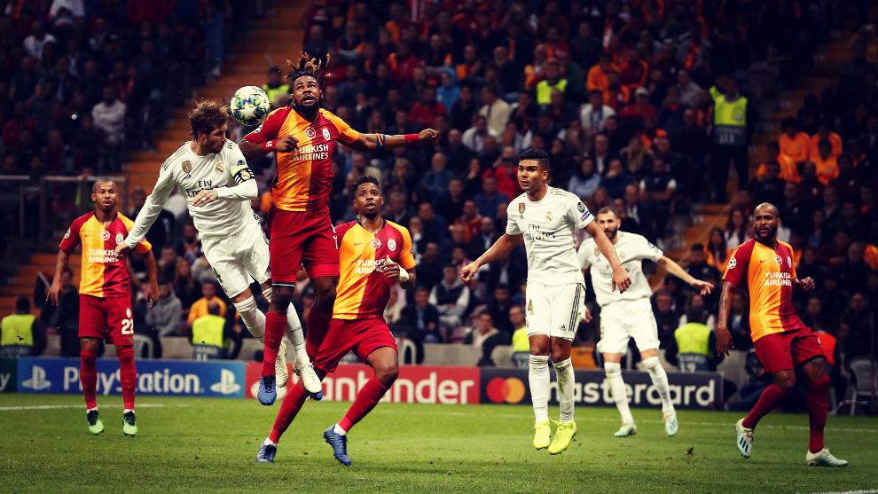 Sergio Ramos remata un saque de esquina en el Galatasaray - Real...