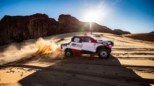 El Toyota Hilux de Fernando Alonso y Marc Coma, en el shakedown del...