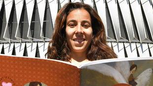 Ainhoa Tirapu posa con un libro en las afueras de San Mamés.