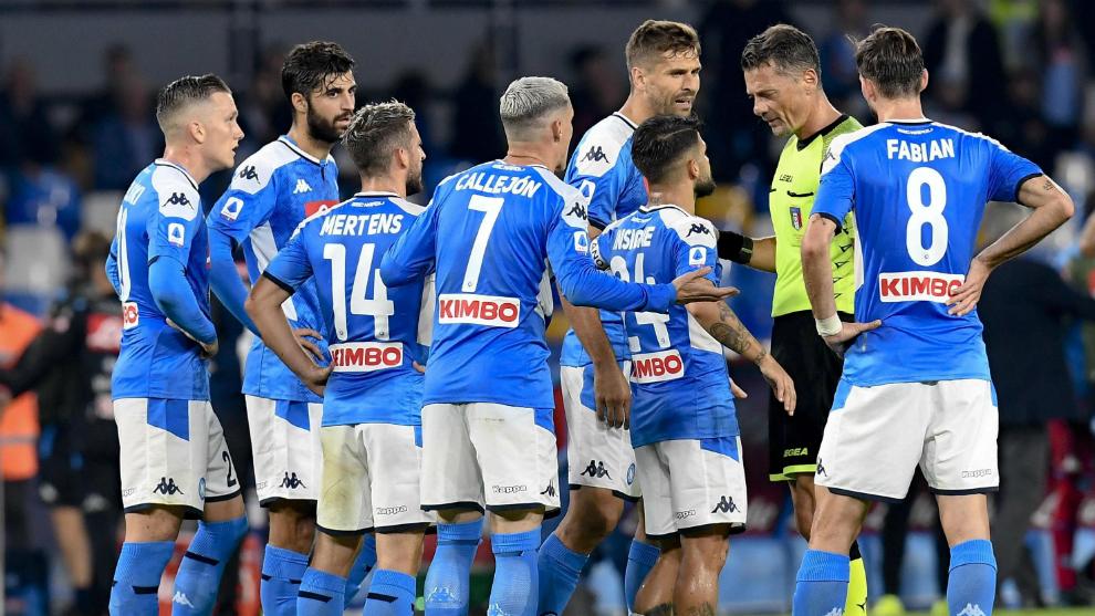 Los jugadores del Nápoles protestan una decisión arbitral en un...