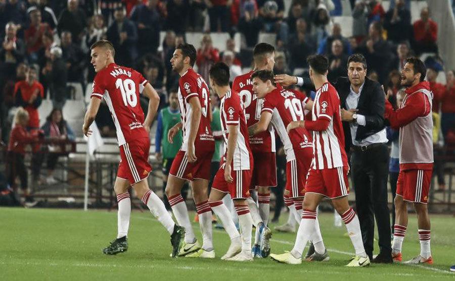 Pedro Emanuel, celebra un gol del Almería con sus jugadores.