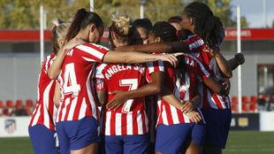 Las jugadoras del Atlético de Madrid se abrazan tras marcar un gol.