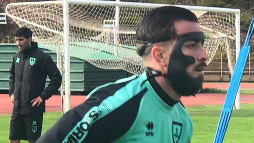 Héctor Hernández ya se entrena con su máscara de protección