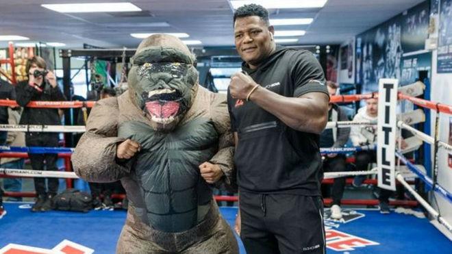 Luis Ortiz junto a 'King Kong'.