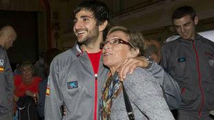 Tona Vives, con su hijo Ricky, en un acto de la Selección en 2013.
