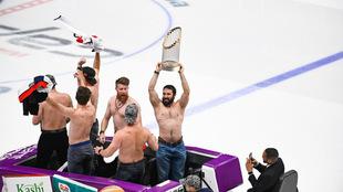 Alzaron su corona en la pista de hielo.