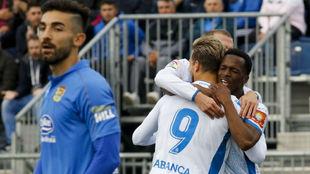 Mamadou Kone celebra con los compañeros su gol en el Fernando Torres