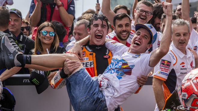 Marc Márquez sostiene en sus brazos a su hermano Álex.