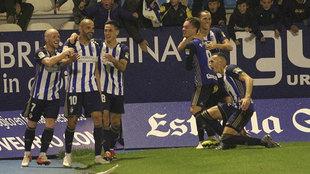 Los jugadores de la Ponferradina celebran el gol de Yuri contra el...
