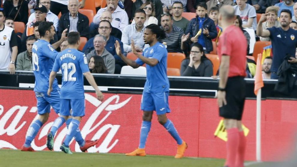 Remy celebra con Jorge Molina y Portillo uno de sus goles al Valencia...