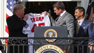 Obsequiaron un jersey personalizado al presidente.
