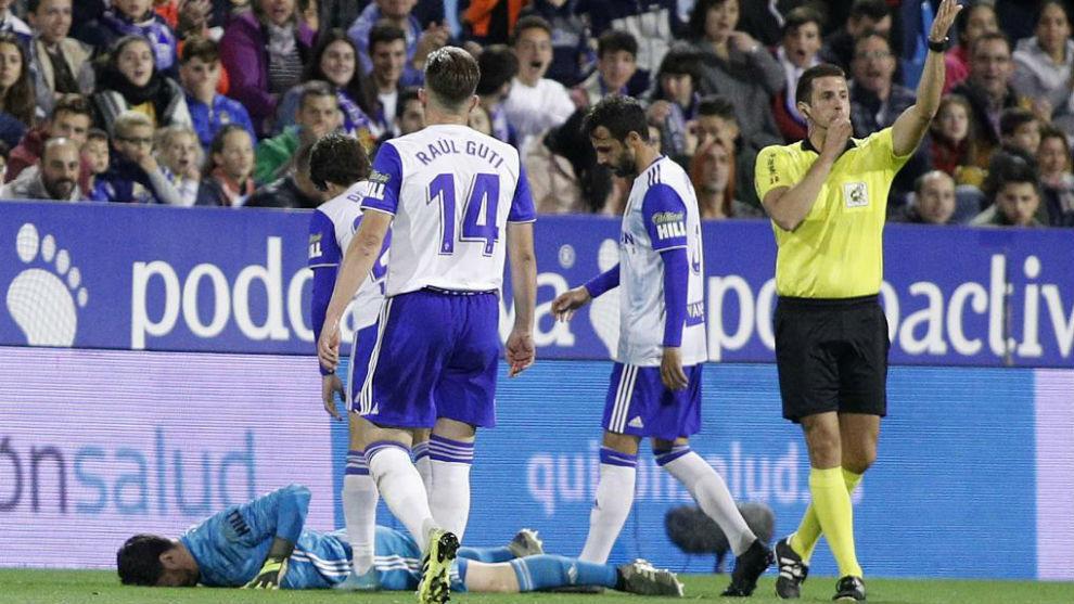 Cristian Álvarez, en el suelo lesionado.