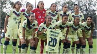Jugadoras en la foto oficial con la playera 20 de Diana González