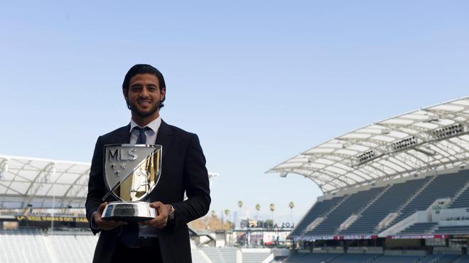 Carlos Vela con el premio de MVP de la MLS.
