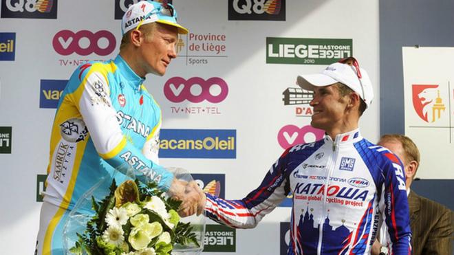 Vinokourov y Kolobnev se saludan en el podio de la...