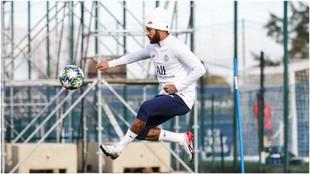Neymar se entrena con el PSG.