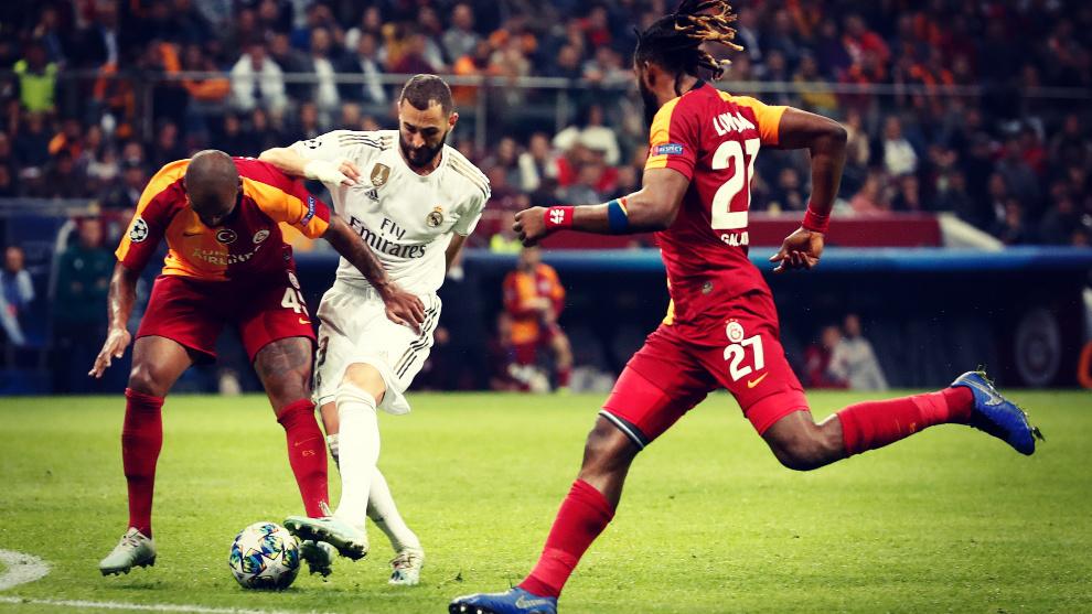 Benzema intenta disparar a portería en el Galatasaray - Real Madrid...