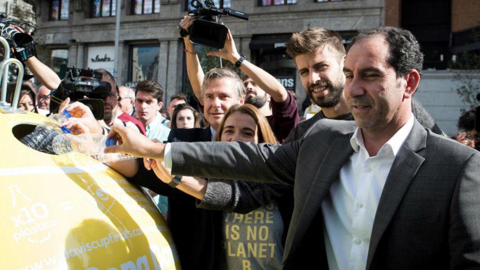 Albert Costa y Gerard Piqué tiran botellas de plástico