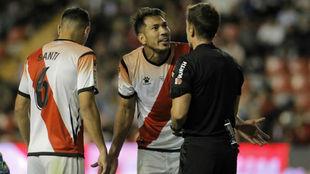 Ullo discute con el colegiado en presencia de Santi Comeseña en...