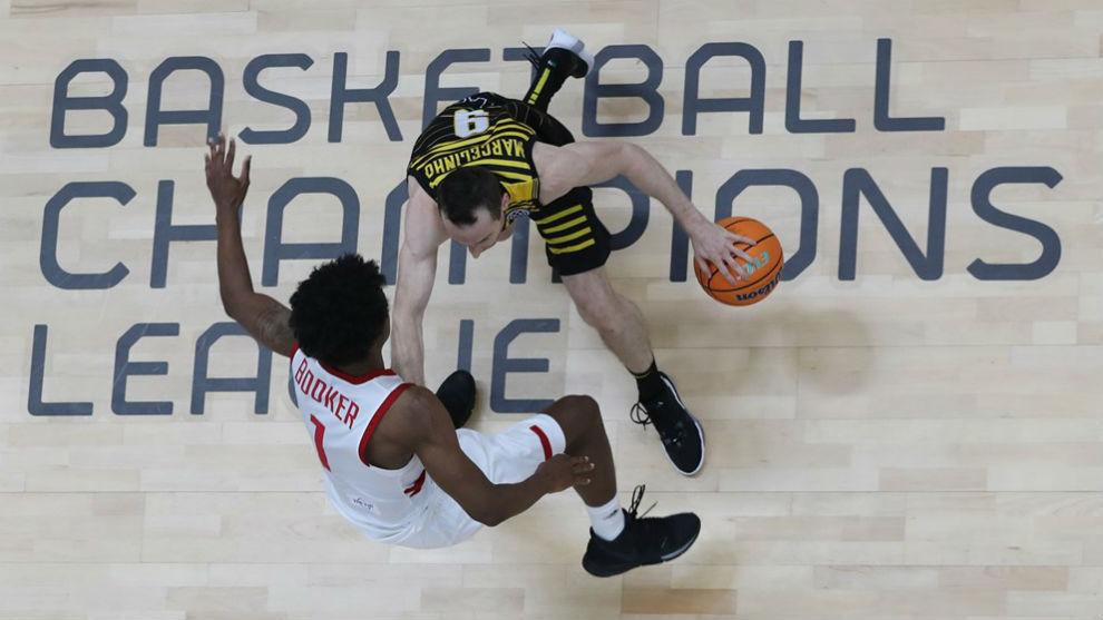 Huertas conduce el balón protegiéndolo ante la presión de Booker.