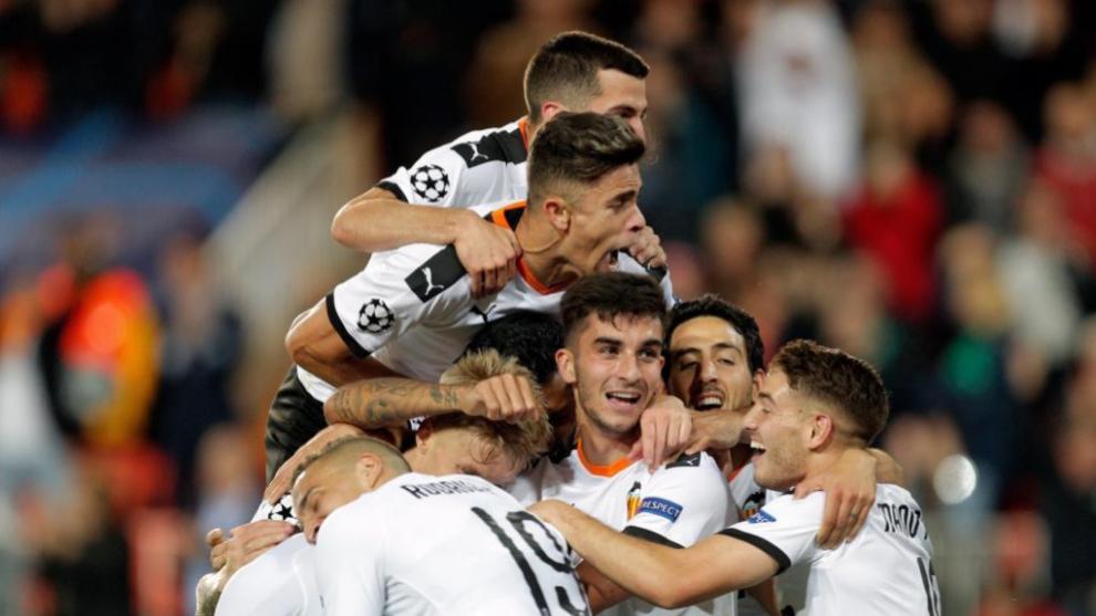 Futbolistas del Valencia celebran uno de los tantos.