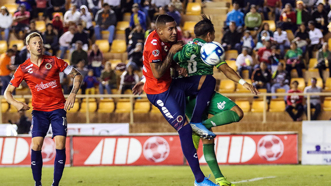 El Puma Chávez choca con el arquero oaxaqueño.