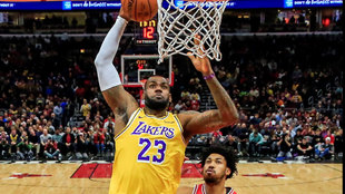LeBron James se dispone a machacar el aro de los Bulls