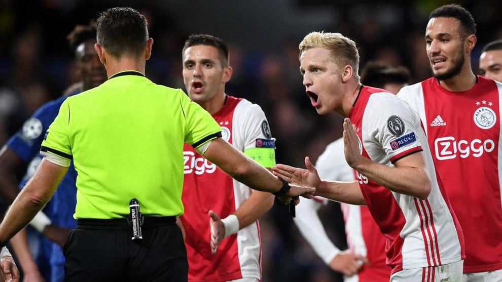 Dusan TRadic y Donny Van de Beek, reclaman al árbitro Rocchi