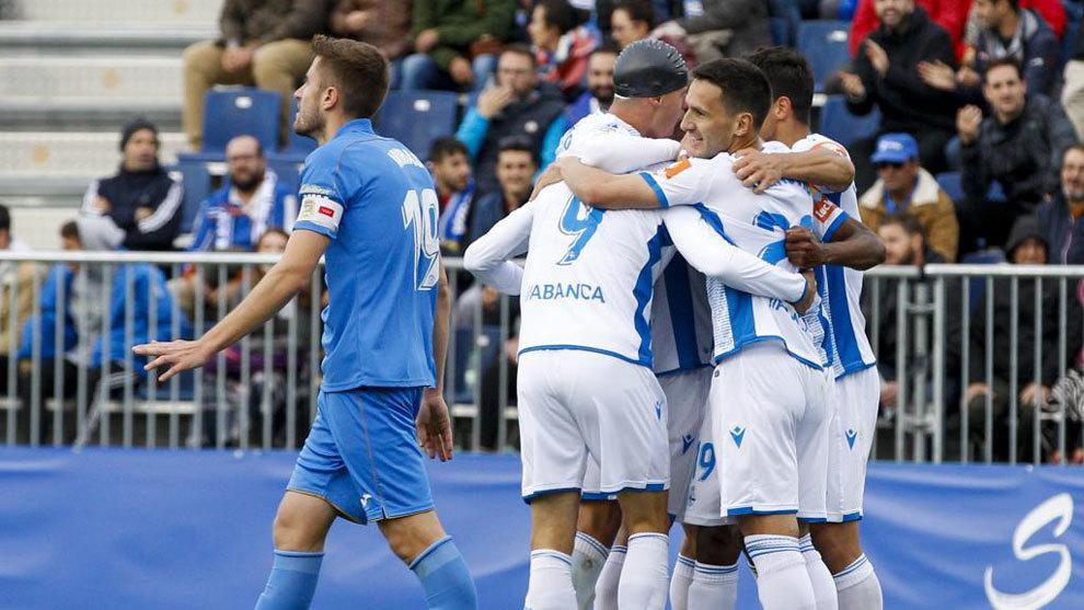 Jugadores de Dépor celebran un gol frente al Fuenlabrada.