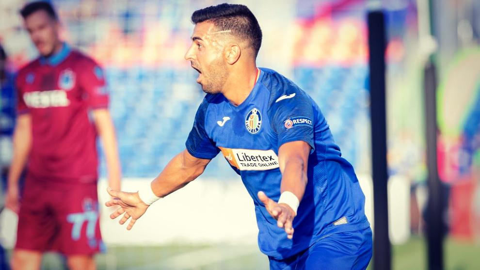 El delantero del Getafe Ángel ha marcado los tres goles de su equipo...