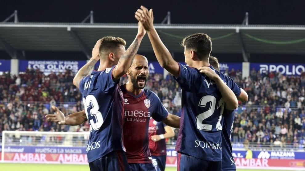 Jugadores del Huesca celebran un tanto ante el Elche
