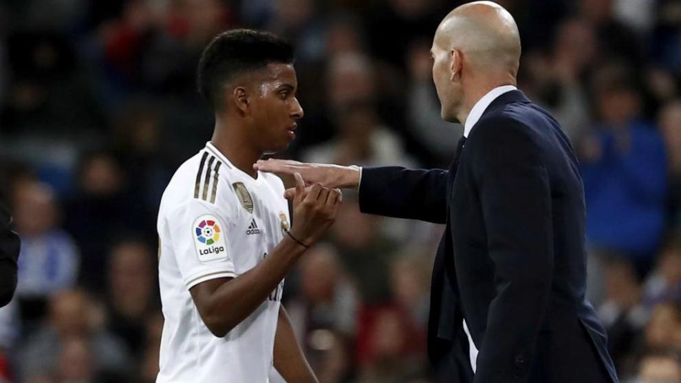 Rodrygo junto a Zidane en un partido del Real Madrid esta temporada.