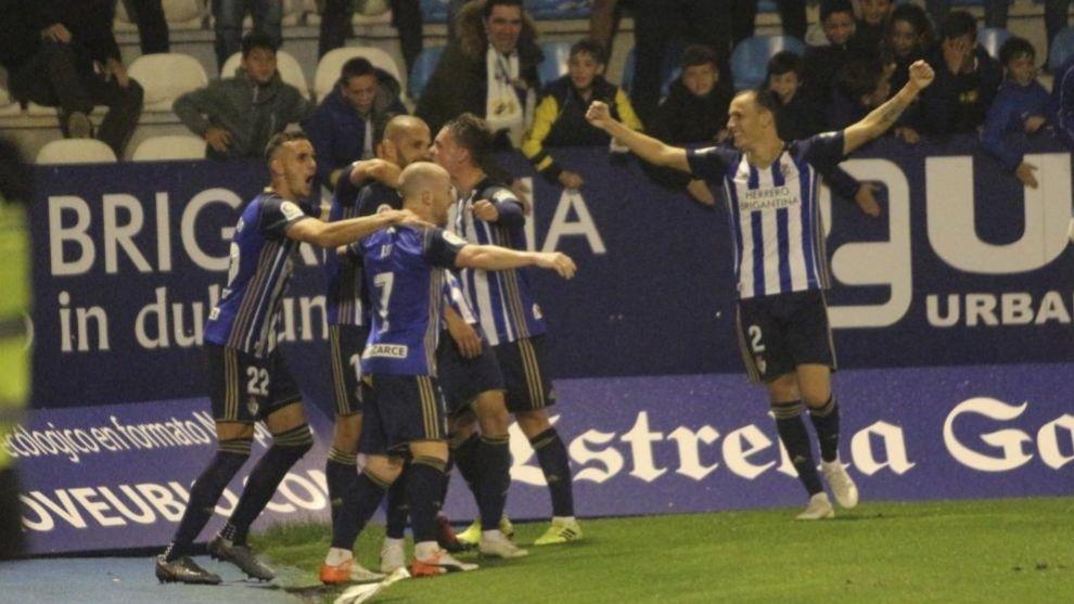 Jugadores de la Ponferradina celebran un tanto ante el Málaga
