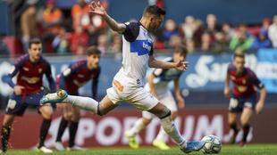 Lucas Pérez rematando un penalti ante el Osasuna.