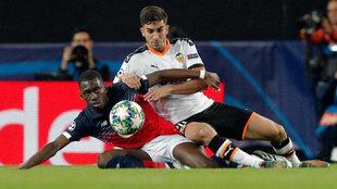 Ferran pelea Boubakary Soumaré, del Losc Lille, durante el partido de...