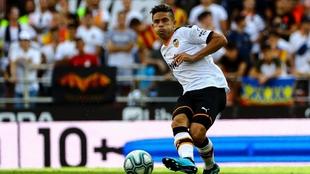 Paulista golpea el balón en un partido del Valencia.