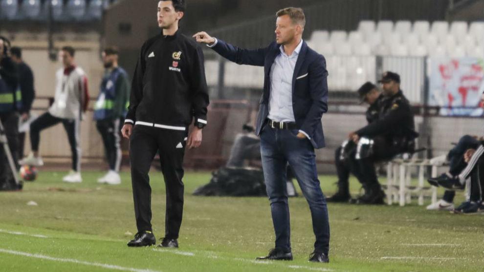 Manuel dando indicaciones a sus jugadores en el encuentro ante el...