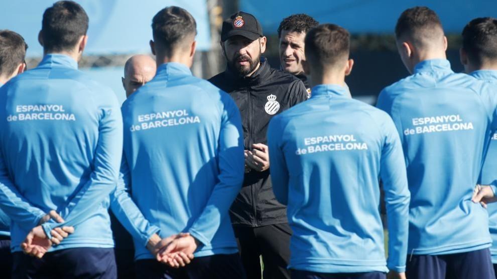 Machín dialoga con la plantilla antes de un entrenamiento.