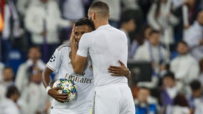 Benzema abraza a Rodrygo tras el partido.