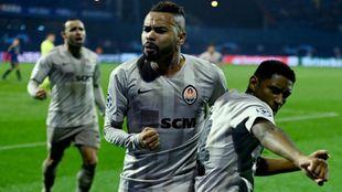 Los jugadores del Shakhtar celebran el gol decisivo.