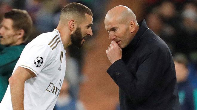 Zidane habla con Benzema durante el partido.