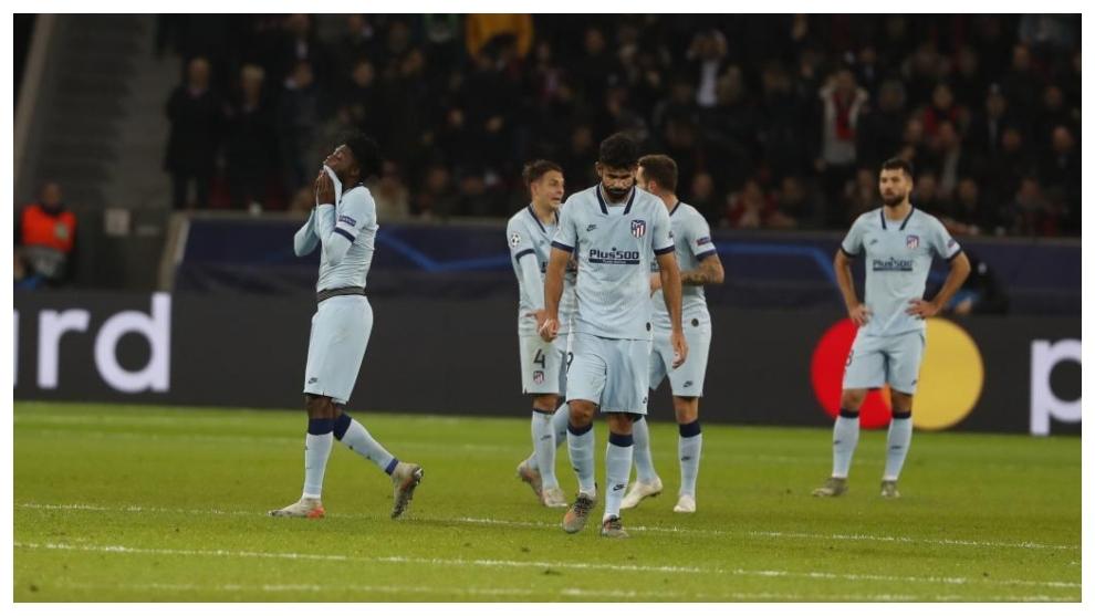 Los jugadores del Atlético se lamentan sobre el césped