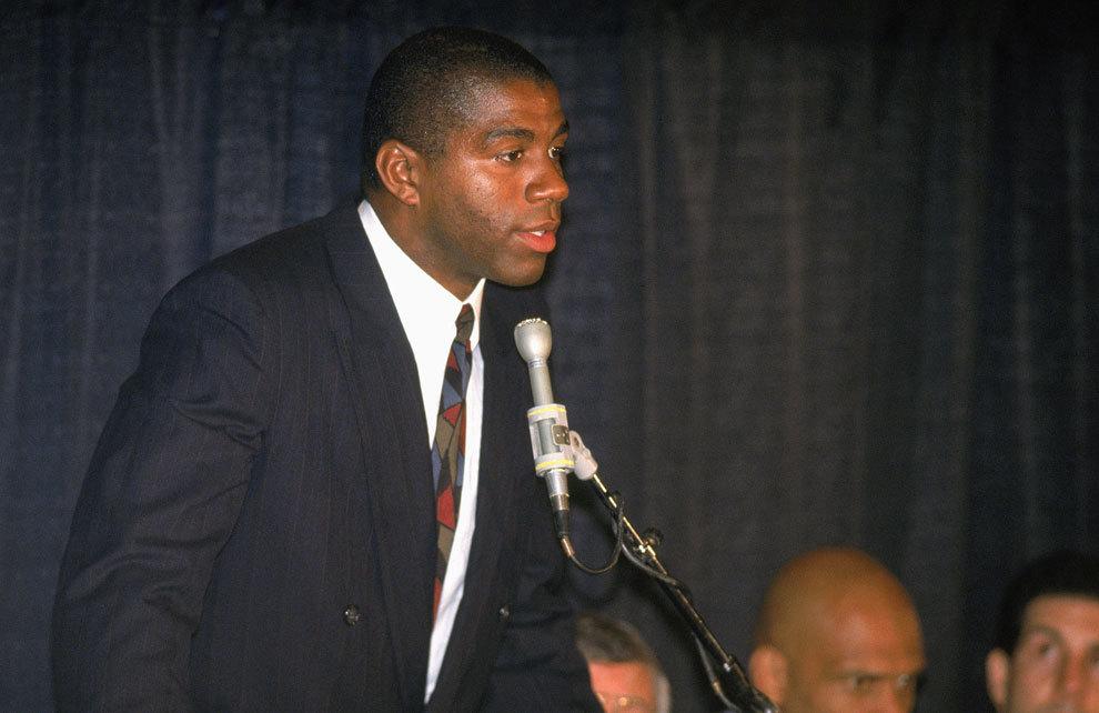 Magic Johnson en la rueda de prensa en la que anunció que era...