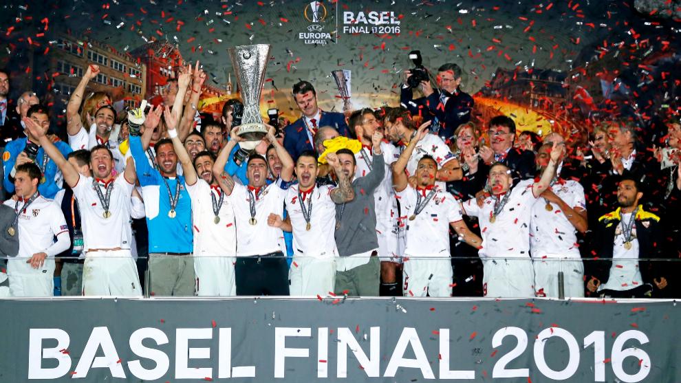 El Sevilla, tras ganarle la final de Basilea al Liverpool.