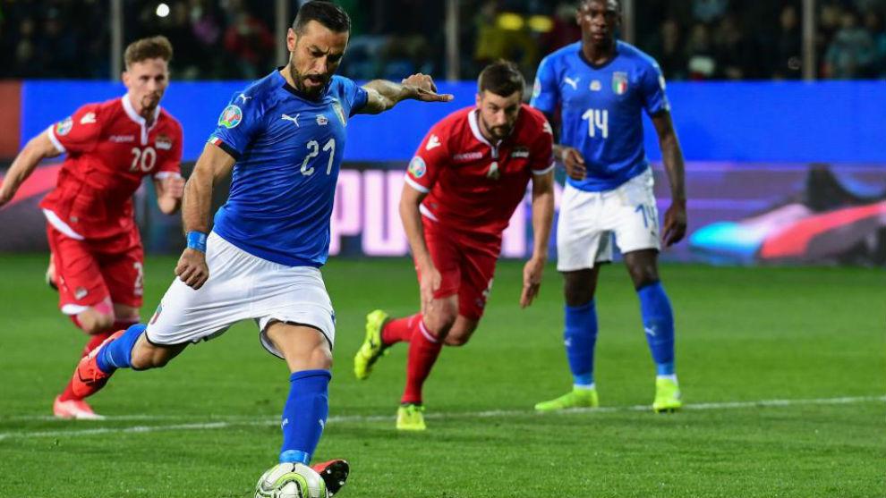 Quagliarella lanza un penalti con Italia.
