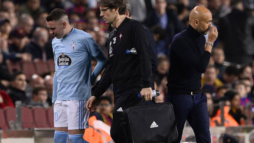 Iago Aspas (32), se retira lesionado del Campo Nou.