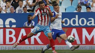Gerard Valentín disputa un balón con Nieto en el partido ante el...
