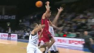 Carlos Alocén pasa el balón por la espalda ante dos rivales
