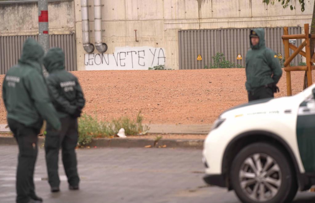 Una pancarta con la frase 'León vete ya' en una pared del  Nuevo...